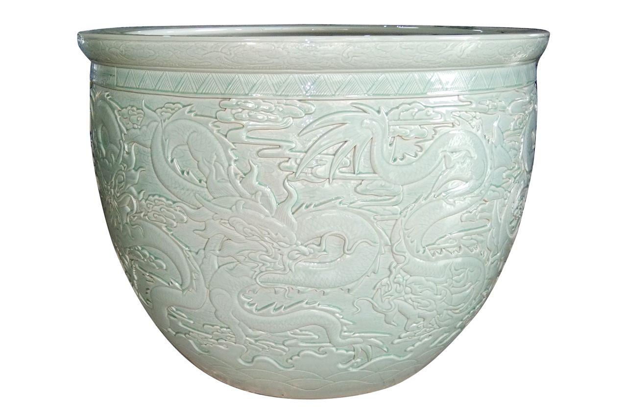 二,陶瓷手绘大鱼缸,就是不养锦鲤也是件非常好的收藏品艺术品;   玻璃